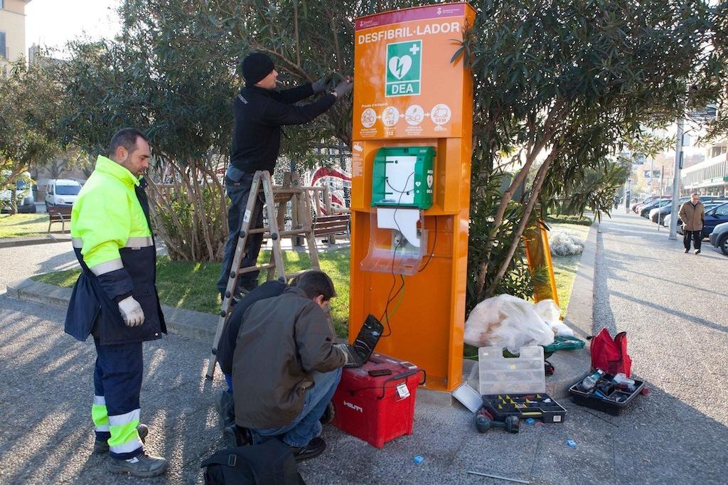 Girona comen a a instal lar desfibril ladors al carrer for Oficina habitatge girona
