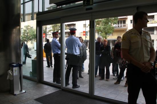 Ocupen la seu del govern a girona per protestar pel for Oficina atencio al ciutada